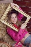 美丽的框架女孩干草 库存图片