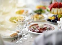 美丽的桌设置了与党、结婚宴会或者欢乐事件的三块玻璃 免版税库存照片