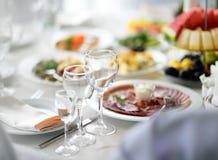 美丽的桌设置了与党、结婚宴会或者欢乐事件的三块玻璃 图库摄影
