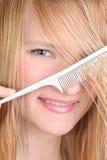 美丽的梳的女孩头发她湿 免版税库存照片