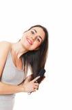 美丽的梳的女性头发她的年轻人 免版税库存图片