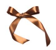 美丽的棕色丝带和弓,有益于设计。隔绝在白色背景 库存图片