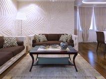 美丽的棕色家具在客厅 免版税库存图片