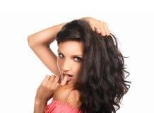 美丽的棕色头发长的妇女 摆在工作室的时装模特儿的特写镜头纵向 免版税库存照片