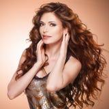 美丽的棕色头发长的妇女 免版税库存照片