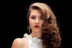 美丽的棕色头发头发的纵向 库存照片