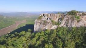 美丽的森林横向山 射击 一座山的上面的顶视图与一个绿色森林的 股票录像