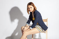 美丽的椅子被射击的坐的工作室妇女年轻人 库存图片