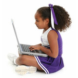 美丽的楼层女孩膝上型计算机 免版税库存照片