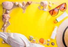 美丽的概念池假期妇女年轻人 沙子、贝壳、化妆用品和辅助部件 免版税图库摄影