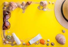 美丽的概念池假期妇女年轻人 沙子、贝壳、化妆用品和辅助部件 库存照片