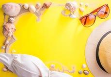 美丽的概念池假期妇女年轻人 沙子、贝壳和辅助部件 库存图片
