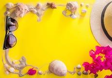 美丽的概念池假期妇女年轻人 沙子、贝壳和辅助部件 库存照片
