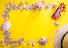 美丽的概念池假期妇女年轻人 沙子、贝壳和辅助部件 免版税图库摄影