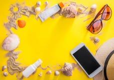 美丽的概念池假期妇女年轻人 沙子、贝壳和辅助部件 免版税库存图片