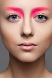 美丽的模型表面,干净的皮肤特写镜头与方式粉红色构成的 免版税图库摄影