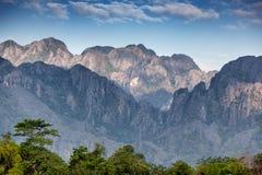 美丽的横向山 日落,云彩,小山 惊人的自然本底 免版税图库摄影