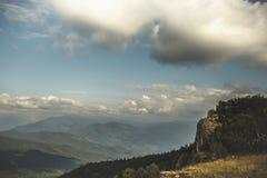 美丽的横向山 青山和蓝天与白色云彩 库存照片
