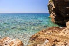 美丽的横向海运 在岩石附近的清楚的蓝色海 免版税库存照片