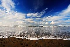美丽的横向海运 小卵石和沙子靠岸在日出,与深蓝波浪和白色云彩,哥斯达黎加海岸海洋从 免版税库存照片