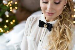 美丽的欢乐辅助部件为假日,有一只蝴蝶的一个女孩在她的衬衣,假日穿戴 免版税库存照片