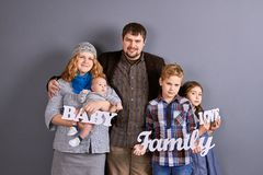 美丽的欧洲家庭画象  免版税库存照片