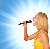 美丽的歌唱家年轻人 免版税库存照片