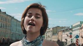 美丽的歌手女孩在夏天礼服的老镇执行 影视素材