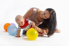 美丽的母亲、小男孩和气球 库存照片