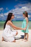 年轻美丽的母亲和她可爱小 免版税库存照片