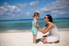 年轻美丽的母亲和她可爱小 免版税库存图片