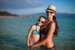 年轻美丽的母亲和她可爱小 图库摄影