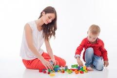 美丽的母亲和她的孩子花费时间 免版税库存照片