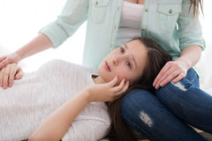 美丽的母亲和她逗人喜爱的女儿讨论少年问题 免版税库存图片
