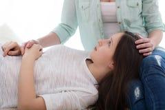 美丽的母亲和她逗人喜爱的女儿讨论少年问题 库存图片