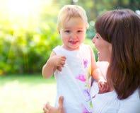 美丽的母亲和婴孩 免版税库存照片