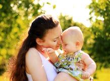 美丽的母亲和婴孩 免版税库存图片