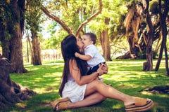 美丽的母亲画象有逗人喜爱的矮小的男婴的 免版税库存图片