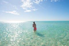 美丽的比基尼泳装女孩在热带海洋 库存照片