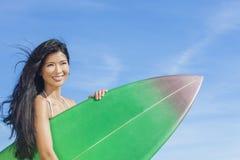 美丽的比基尼泳装妇女女孩冲浪者&冲浪板海滩 免版税库存图片