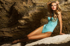 美丽的比基尼泳装蓝色岩石妇女 免版税图库摄影