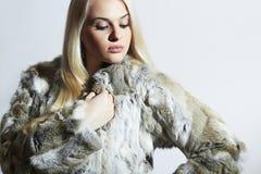 美丽的毛皮妇女 背景美丽的方式女孩查出的空白冬天 兔子皮大衣的秀丽白肤金发的女孩 免版税库存照片