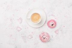 美丽的毛茛属花和咖啡在白色台式视图的 在淡色的早餐 平的位置样式 免版税图库摄影