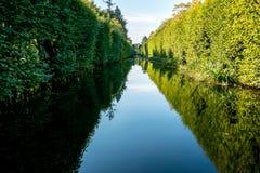美丽的水运河在公园 免版税库存图片