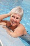 美丽的池松弛妇女 免版税库存照片