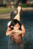 美丽的池松弛游泳妇女 库存照片