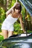 美丽的汽车下个妇女年轻人 库存照片