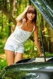 美丽的汽车下个妇女年轻人 库存图片