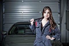美丽的汽车修理师 库存照片