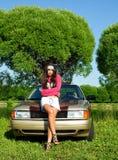 美丽的汽车女孩准备好的减速火箭的&# 库存图片